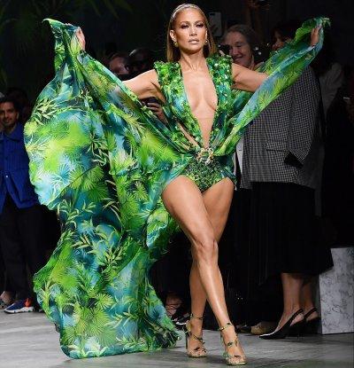 Дженифър Лопес като нимфа с рокля на Версаче