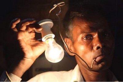 Индиец се храни с ток