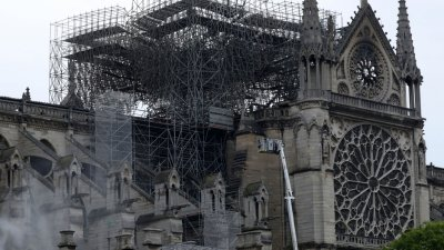 """Френски милиардер дарява 100 млн. евро за възстановяване на """"Нотр Дам"""""""