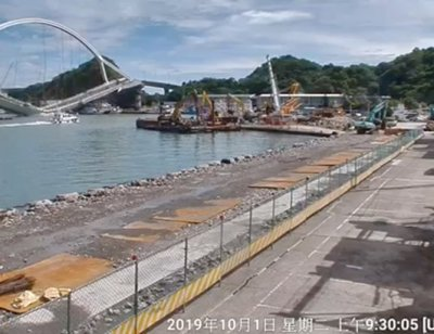 Изровиха четири тела под рухналия в Тайван мост (СНИМКИ)