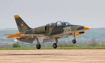 Румен Петков: Каракачанов оправя самолети с незаконни части