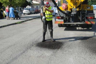 Ето така запълват дупките в София (Видео)