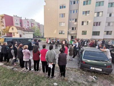 Политик-бакшиш атакува с колата си партийна сбирка