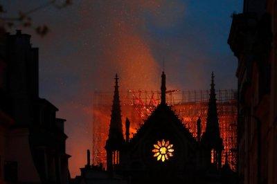 """Огненият ад в """"Нотр Дам"""" в снимки"""