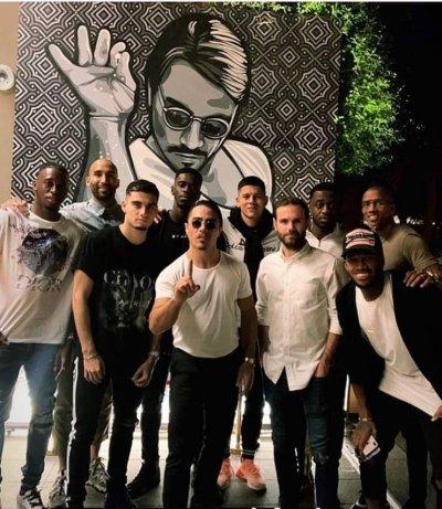 Играчи на Юнайтед купонясват при скандален готвач