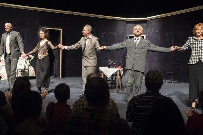 Сатиричният театър дарява пари на родилното в Перник