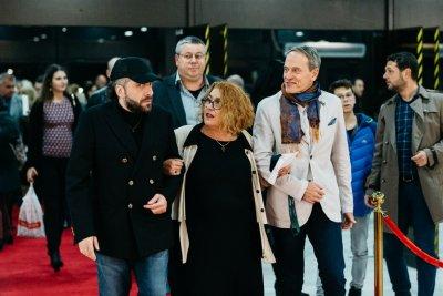 """Куркински мина по червения килим за """"Засукан свят"""" (СНИМКИ)"""