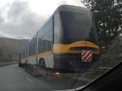 Уникум: Трамвай лети по магистралата по пътя към София
