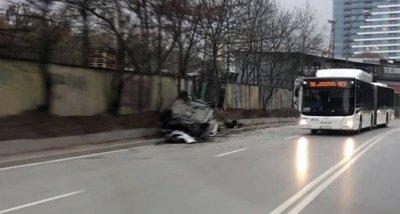 """Пиян шофьор нацели патрулка и се обърна в столичния """"Дианабад"""""""