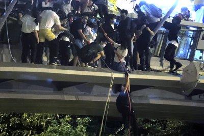 Дръзко бягство от обсадения университет в Хонконг