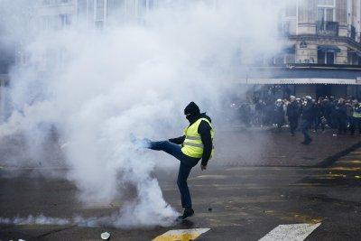 """Жестоко меле с полицаи и """"жълти жилетки"""" в Париж"""