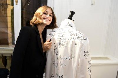 Представят колекция от бели ризи в памет на Карл Лагерфелд (ГАЛЕРИЯ)