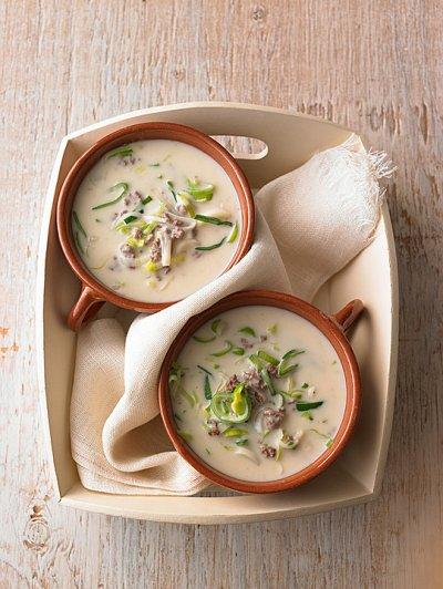 Супа с праз, кайма и топено сирене