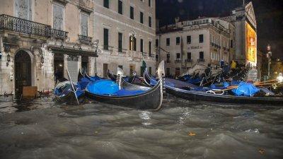 """Наводнението във Венеция """"струва"""" 1 милиард евро"""
