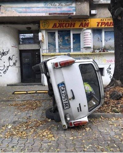 УНИКАЛНО! Вижте как паркираха трабант в центъра на София