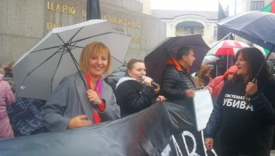 Манолова сваля Симеонов от шефския пост в НС на майчин протест