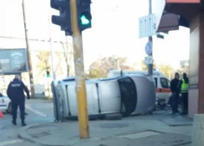 """Кола се """"приземи"""" настрани на столично кръстовище"""