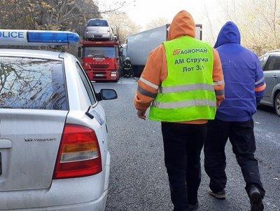 Катастрофа между два тира и кола затвори Кресненското дефиле