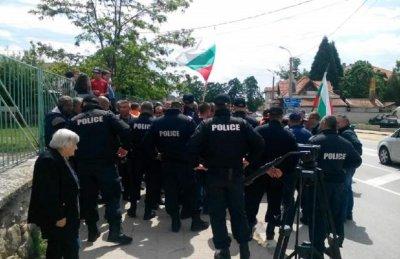 Циганска война в Кърнаре, пострада полицай