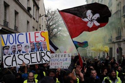 """Полицията пусна сълзотворен газ срещу """"жълтите жилетки"""" във Франция (СНИМКИ)"""