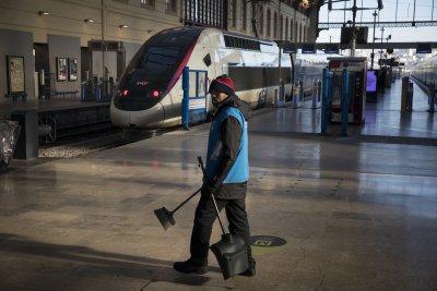 Франция продължава да стачкува