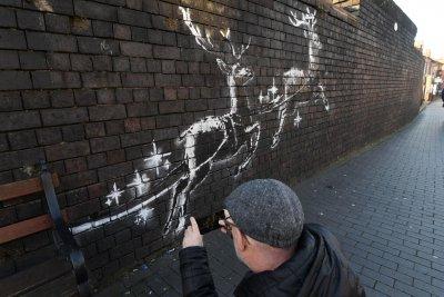 Банкси украси Бирмингам с коледни графити