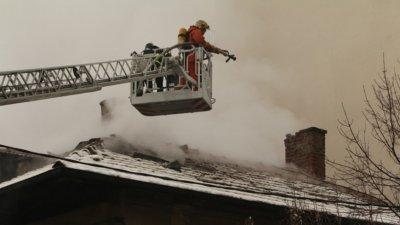 Пожар избухна в жилищна сграда в София