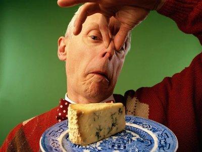 Жена съди магазинер за миризмата на сирене