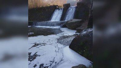 Пяна в Искър: Алармират за задушлива миризма покрай реката