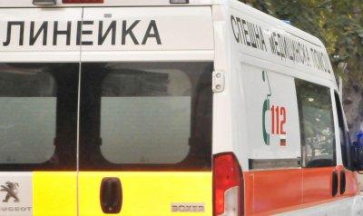 Микробус и лека кола се удариха, 7 души пострадаха