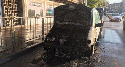Кола се запали пред румънското посолство