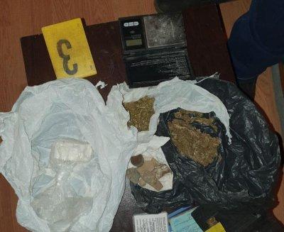 Полицията арестува трима за притежание на дрога