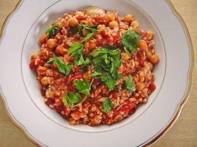 Нахут с домати, ориз и сирене