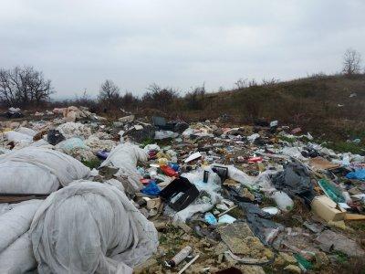 Стотици килограми токсични боклуци откриха в Луковит