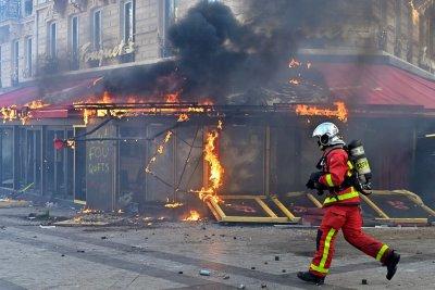 """Пожар в известното парижко кафене """"Ротонда"""""""