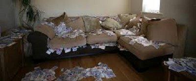 Балък намери $43 000 в диван, върна ги
