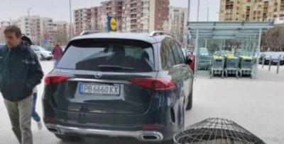 Ето кой е водачът, който нагло паркира пред хипермаркет в Пловдив