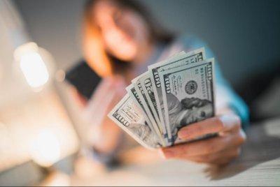 Банките вдигат таксите заради ниските лихви