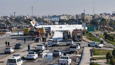 Самолет се приземи насред град в Иран