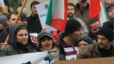 Протестиращи щурмуваха сградата на МРРБ с искане за оставката на правителството