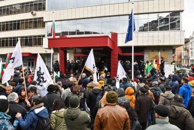 Арестуваха четирима за нападение над полицаи на протест