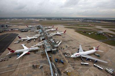 """Лондон спря стотици полети заради бурята """"Денис"""""""