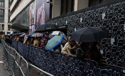 Чадъри и предпазни маски са на мода в Лондон (ГАЛЕРИЯ)