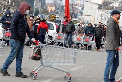Коронавирус истерия! В Северна Италия опразниха магазините (СНИМКИ)