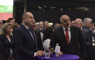 Борисов и Радев си стиснаха ръцете (Видео)