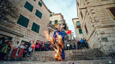 Изгориха чучела на двама гейове и дете в Хърватия