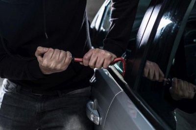 Вандали разбиха и обраха 10 коли в Димитровград