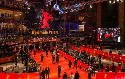 Берлинале чества 70-годишнина на кръстопът