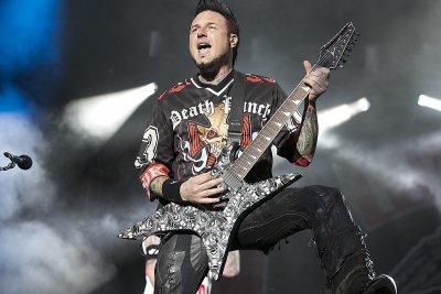 Китаристът на Five Finger Death Punch отпада от турнето и шоуто в София