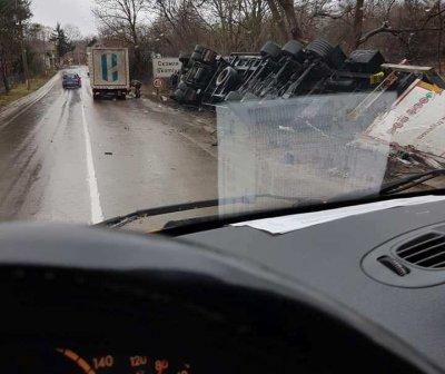 Камион се преобърна в дере между Монтана и Видин